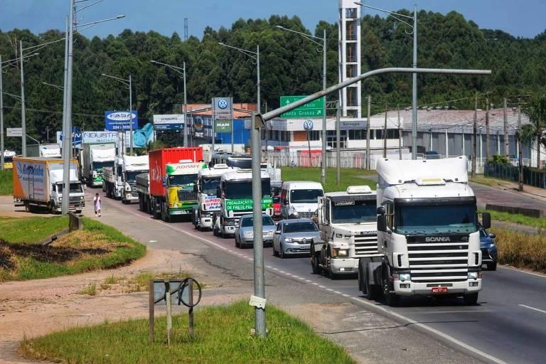 Caminhoneiros protestam em via em Curitiba