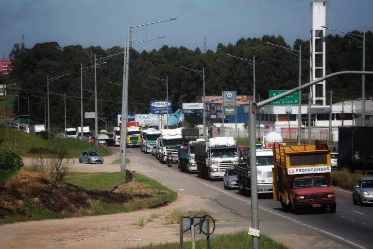 Caminhoneiros protestam em via em Curitiba, em março