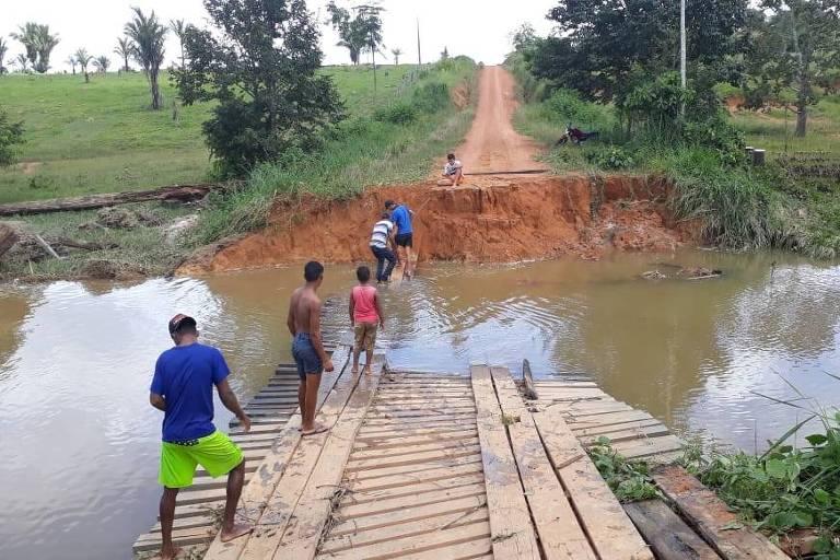 Uma barragem rompeu em distrito de Machadinho D'Oeste, a 300km de Porto Velho, deixando cerca de 50 famílias isoladas