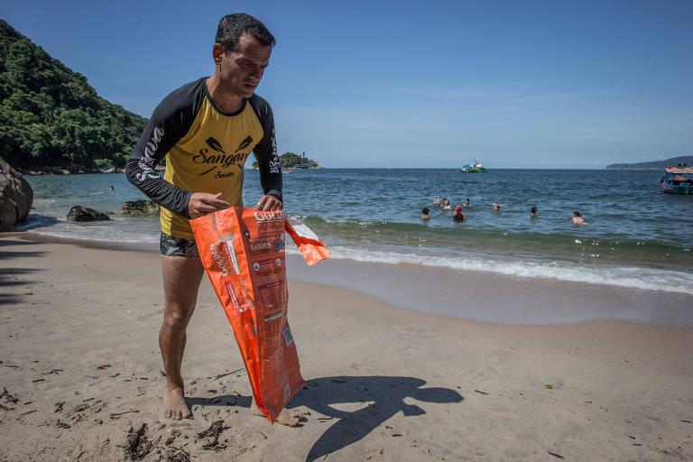 Anderson Reis, o guardião de Sangava, recolhe lixo diariamente na praia