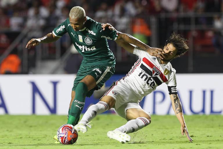 O jogador Deyverson, da SE Palmeiras, disputa bola com o jogador Hudson, do São Paulo FC, durante partida valida pelas semi final (ida), do Campeonato Paulista, Série A1, no Estádio do Morumbi.