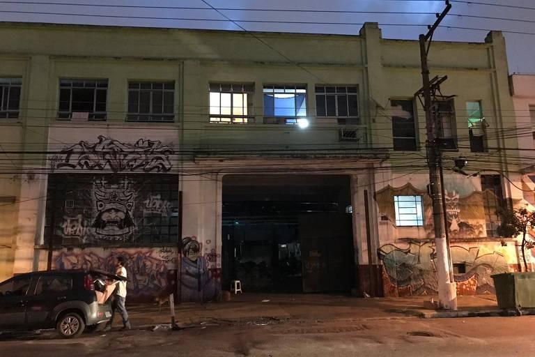 Após deixarem favela do cimento, famílias ocupam galpão abandonado no Bresser