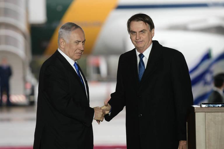 O presidente Jair Bolsonaro troca aperto de mão com o premiê israelense Benjamin Netanyahu em Israel