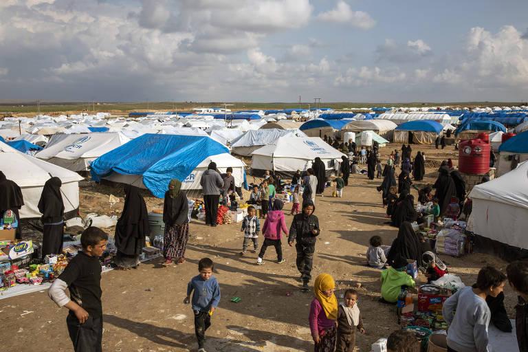 Mulheres e crianças ligados ao Estado Islâmico no campo de Al Hol, na Síria