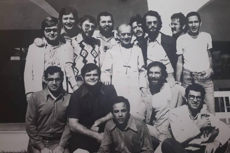 Antonio Sergio Pavão (embaixo, de camisa preta) com Dom Hélder Câmara