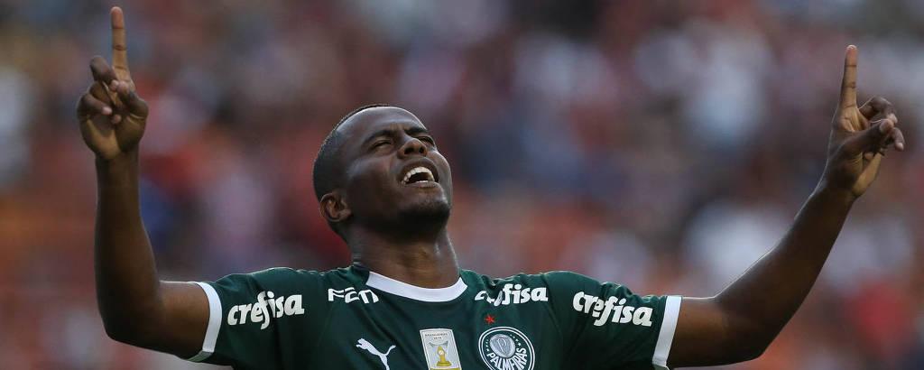 Carlos Eduardo, do Palmeiras, comemora seu gol contra a equipe do São Paulo