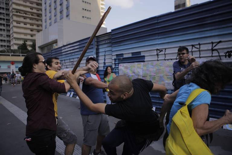 Manifestantes pró e contra golpe entram em confronto na Paulista