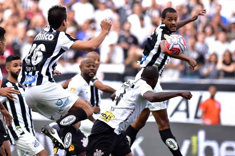 Manoel, do Corinthians, cabeceia para abrir o placar contra o Santos, na semifinal do Campeonato Paulista