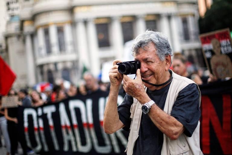 O fotógrafo Evandro Teixeira, então com 83 anos, durante protesto na Cinelândia em memória do aniversário do golpe militar no Brasil