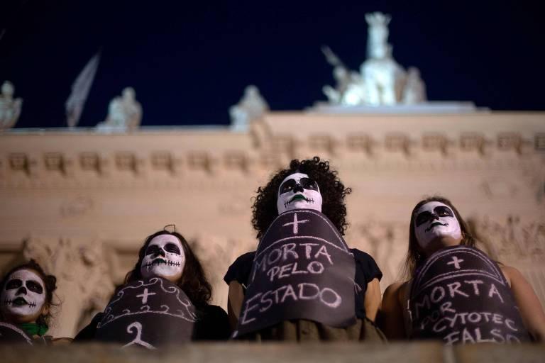 Ativistas a favor da legalização do aborto protestam em frente à Assembleia Legislativa do Rio de Janeiro
