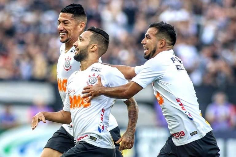 Clayson (ao centro) comemora com Ralf (à esq.) e Sornoza o seu gol, que deu a vitória ao Corinthians sobre o Santos, no Itaquerão