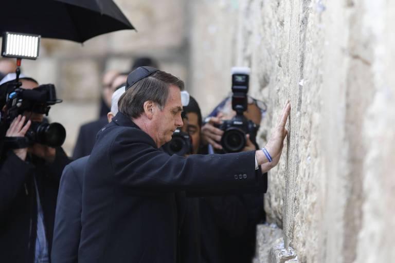 O presidente brasileiro Jair Bolsonaro durante a vista ao Muro das Lamentações, em Jerusalém, na qual foi acompanhado pelo premiê israelense Binyamin Netanyahu
