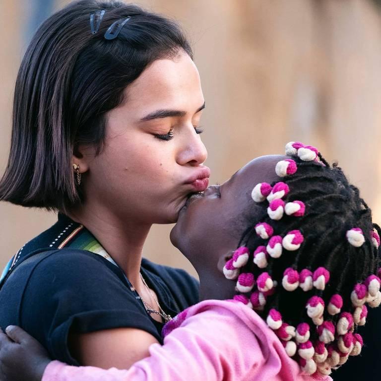 Bruna Marquezine durante viagem missionária a Angola
