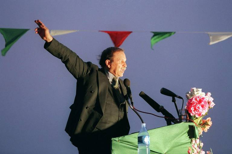Em foto de 1999, o então candidato Abdelaziz Bouteflika durante discurso Adrar