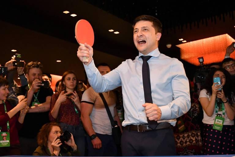 Zelenski joga tênis de mesa em seu quartel-general na noite do primeiro turno