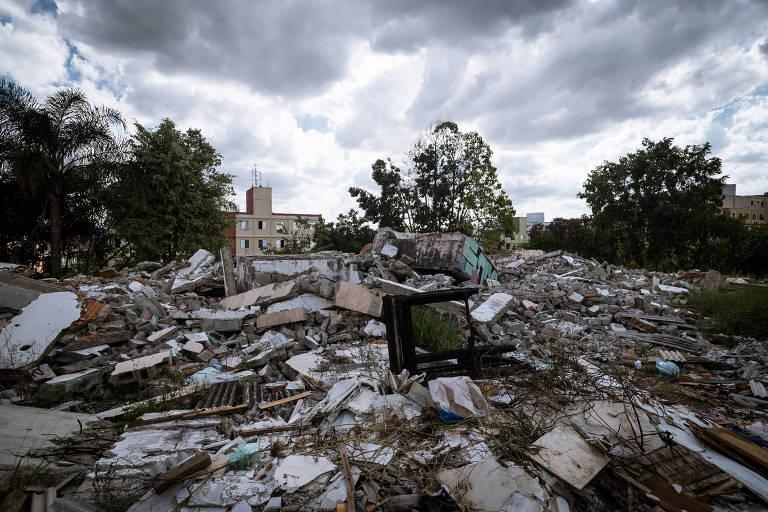 Entulho de demolição na Cohab José Bonifácio