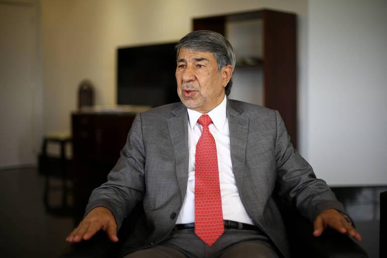 O embaixador da Palestina no Brasil, Ibrahim Alzeben, durante entrevista à Folha em seu gabinete, em Brasília