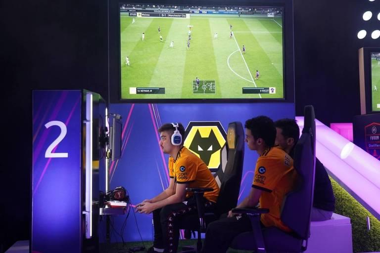 Ébio Bernardes disputa partida do game Fifa no Mundial de Clubes pelo Wolverhampton