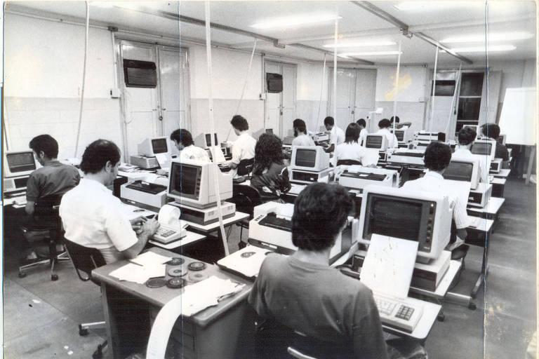 Redação do Jornal do Commercio em 1988, ano em que as antigas máquinas de escrever foram substituídas por computadores