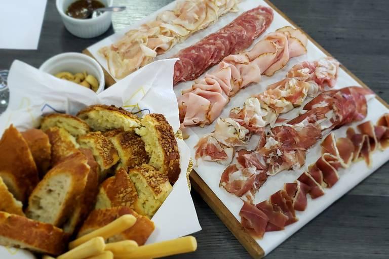 Harmonização de charcutaria e queijos regionais gaúchos com vinhos e espumantes na vinícola Pizzato, em Bento Gonçalves (RS)