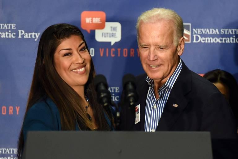Joe Biden ao lado de Lucy Flores, deputada que o acusou de ter dado um beijo inapropriado em sua cabeça