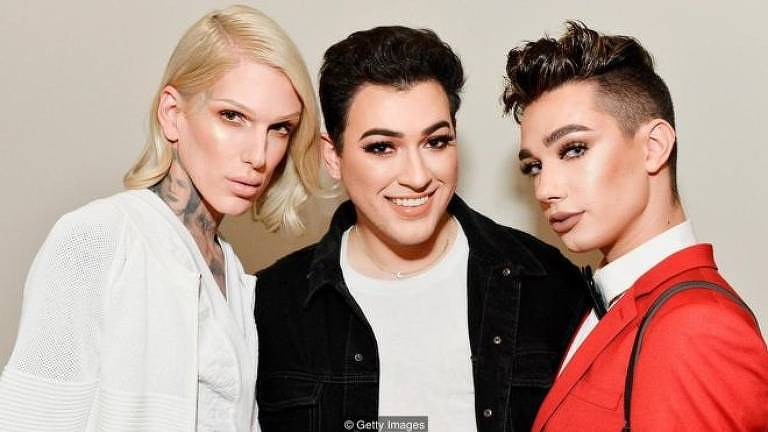Jeffree Starr, Manny Gutierrez e James Charles durante o lançamento da KKW Beauty, linha de cosméticos de Kim Kardashian West