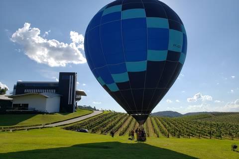 FLORES DA CUNHA, RS - Balão para passeio de visitantes na propriedade da vinícola Luiz Argenta, em Flores da Cunha (RS). (Foto: Alessandra Kianek/Folhapress)