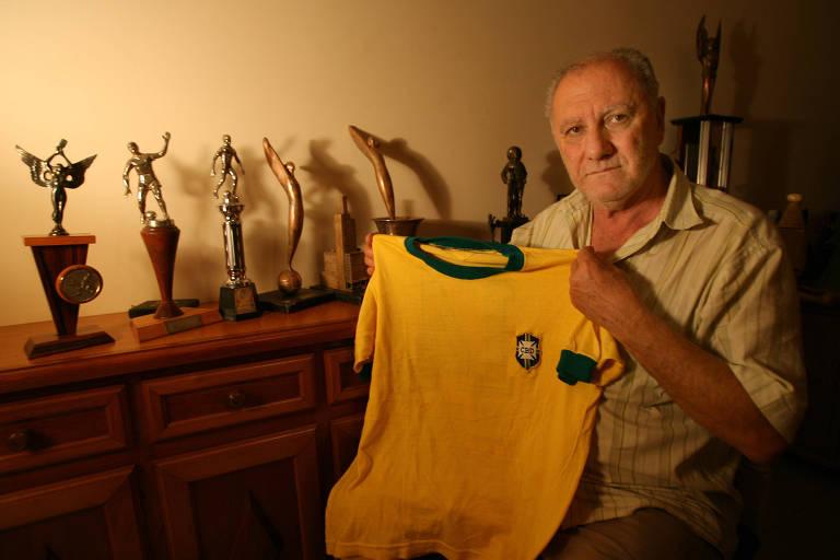 Baldochi, campeão do mundo em 1970, com a camisa da seleção em sua casa em Batatais