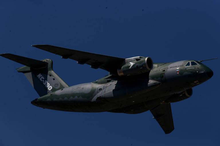 Foto do voo do cargueiro KC-390, construído pela Embraer, que será exportado por joint-venture com a Boeing