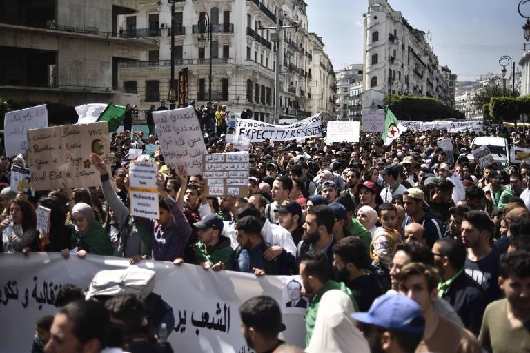 Manifestantes participam de protesto nesta terça (2) em Argel contra o governo de Abdelaziz Bouteflika