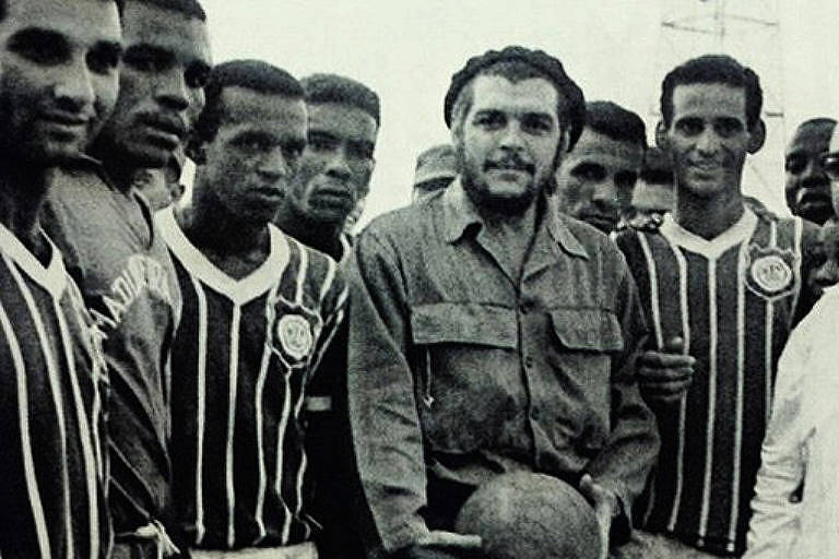 Che Guevara posa para foto com o time do Madureira em 1963