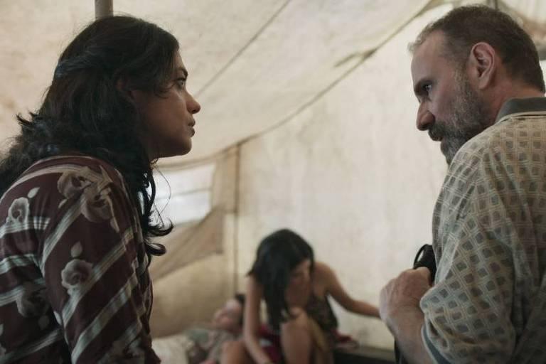 Elias (Marco Ricca) revela para Missade (Ana Cecília Costa) e Laila (Julia Dalavia) as reais intenções de Aziz (Herson Capri)