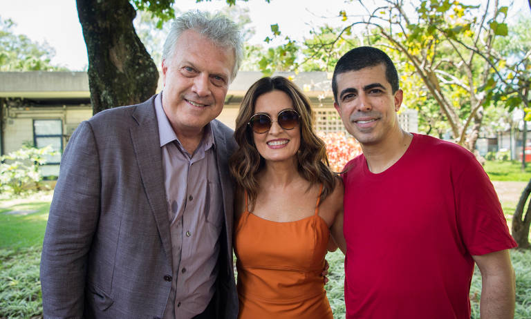 """Pedro Bial, Fátima Bernardes e Marcius Melhem posam em foto para o final do """"Tá no Ar: A TV na TV"""""""