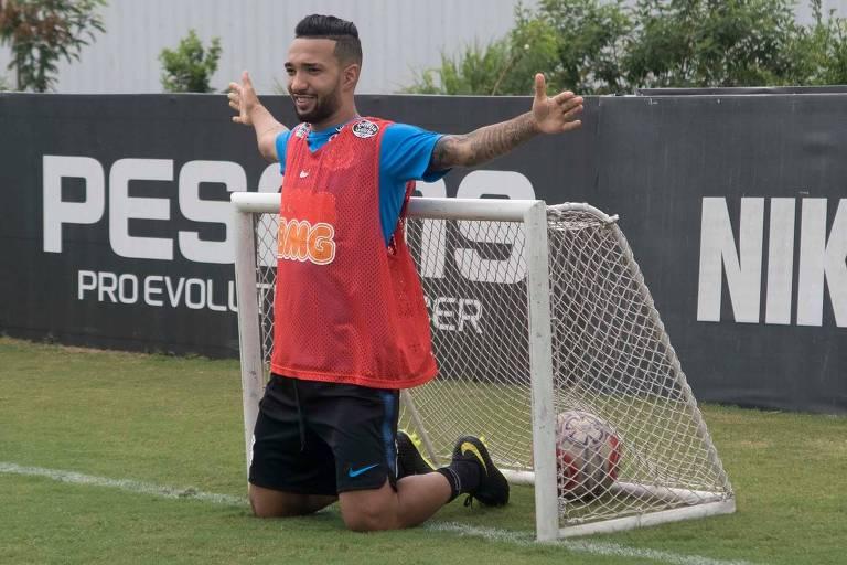 Clayson brinca durante treino do Corinthians; destaque na vitória sobre o Santos, pelo Paulista, o atacante acredita que o Timão manterá o embalo diante do Ceará, em Itaquera, no jogo de volta da terceira fase da Copa do Brasil