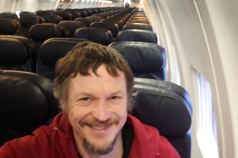 homem sozinho em avião