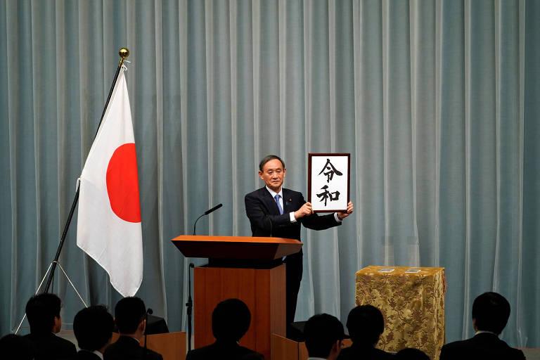 Secretário chefe do gabinete japonês, Yoshihide Suga, revela ideograma 'Reiwa', que dá nome à nova era imperial
