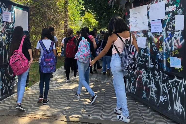 Alunos na entrada da Escola Estadual Raul Brasil, em Suzano, nesta quarta-feira (3)