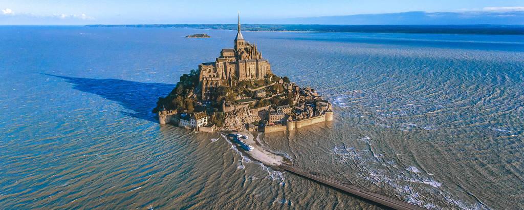 Vista aérea do Monte Saint-Michel na maré alta, quando o nível do mar pode subir em até 15 metros