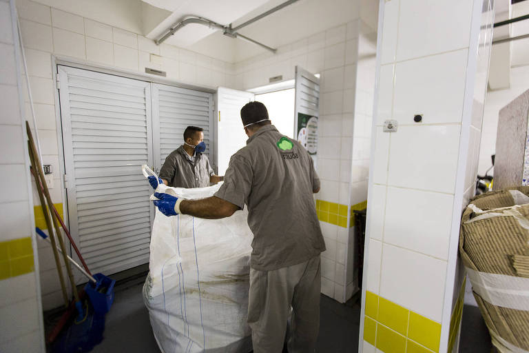 Profissionais do Instituto Muda retiram material reciclado em condomínio