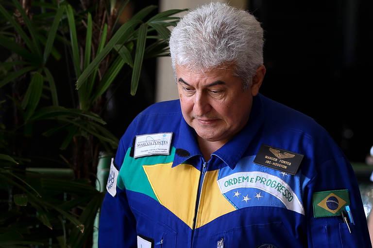 Marcos Pontes olha para o chão com cara de preocupação