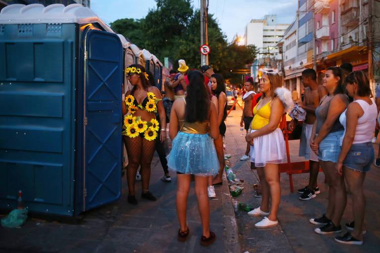 Mulheres fazem fila em frente a banheiro