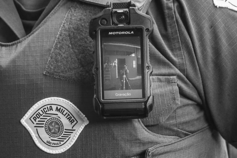 Câmera em uniforme de policial militar em São Paulo