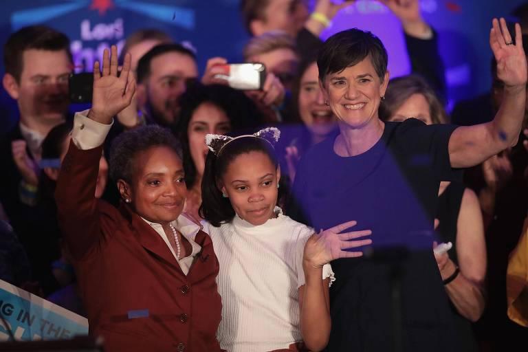 A prefeita eleita de Chicago, Lori Lightfoot, com a filha, Amy, e a mulher, Vivian, na comemoração da vitória