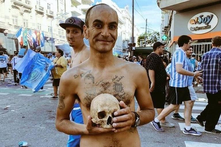 Gabriel Aranda, torcedor do Racing, comemora título argentino do clube com o crânio do avô