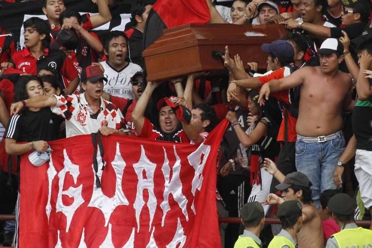 Torcedores do Deportivo Cúcuta carregam caixão no estádio General Santander durante jogo da equipe