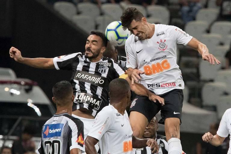 O corintiano Danilo Avelar disputa jogada aérea com rival do Ceará no confronto pela Copa do Brasil, no Itaquerão