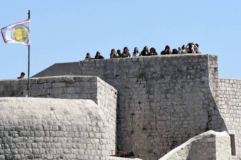 Turistas em fortificação na Croácia usada em cenário de GoT
