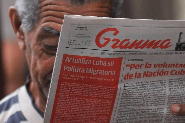 Cubano lê o jornal Granma, editado pelo Partido Comunista de Cuba