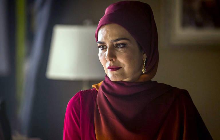 Soraia (Leticia Sabatella) ajuda Laila (Julia Dalaiva) a fugir de Aziz (Herson Capri)