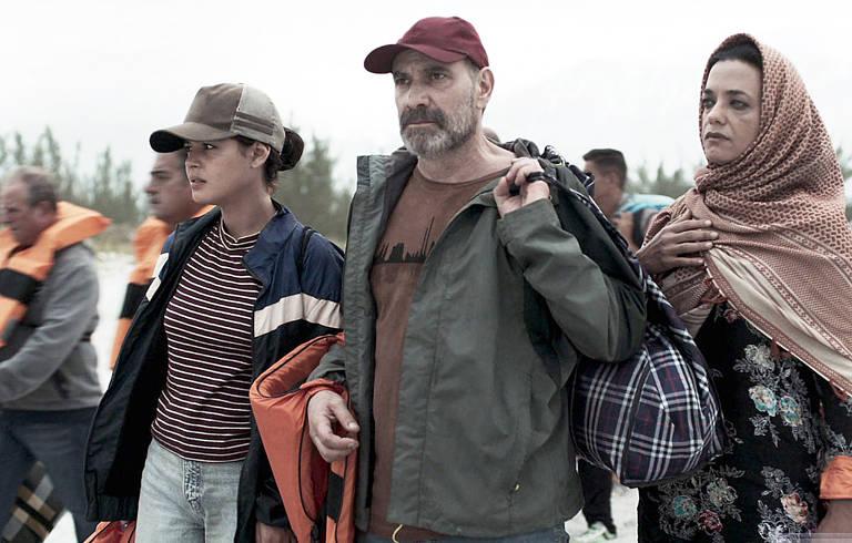Laila (Julia Dalavia) e sua família embarcam em uma perigosa viagem para a Grécia